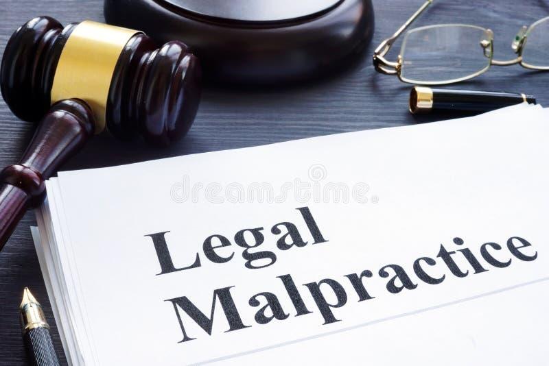 Documenti circa l'atto illecito legale in una corte immagini stock