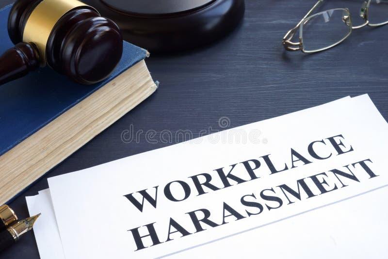Documenti circa molestie del posto di lavoro in una corte immagine stock