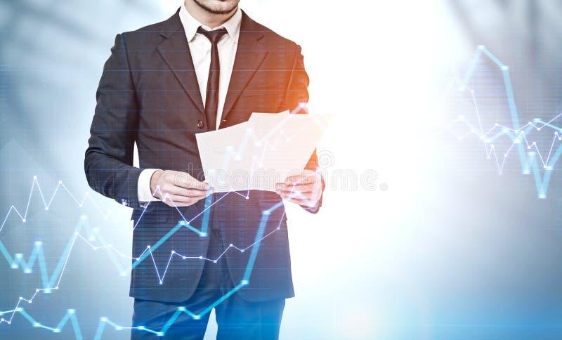Documenti della lettura dell'uomo di affari, diagrammi fotografia stock libera da diritti