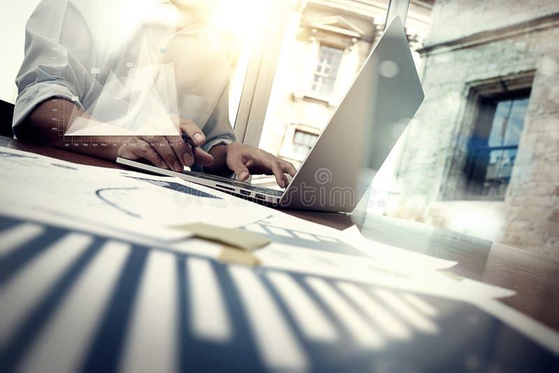 Documenti di affari sulla tavola dell'ufficio con lo Smart Phone fotografia stock