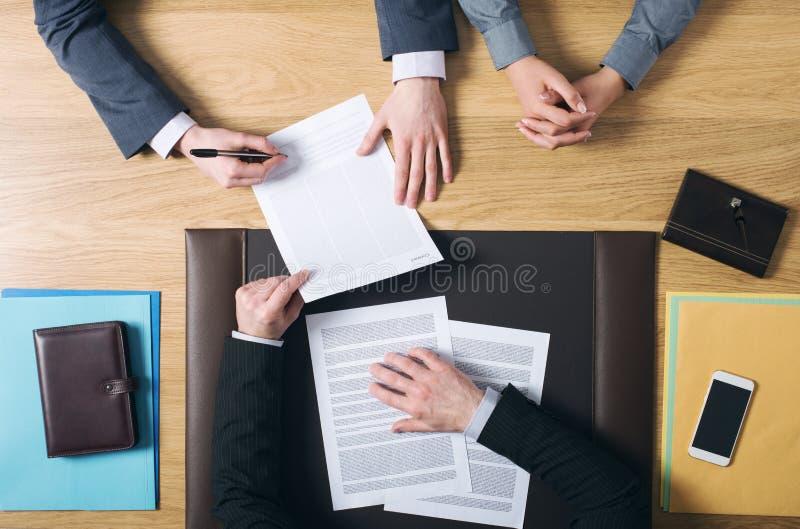 Documenti di firma di matrimonio delle coppie fotografia stock libera da diritti