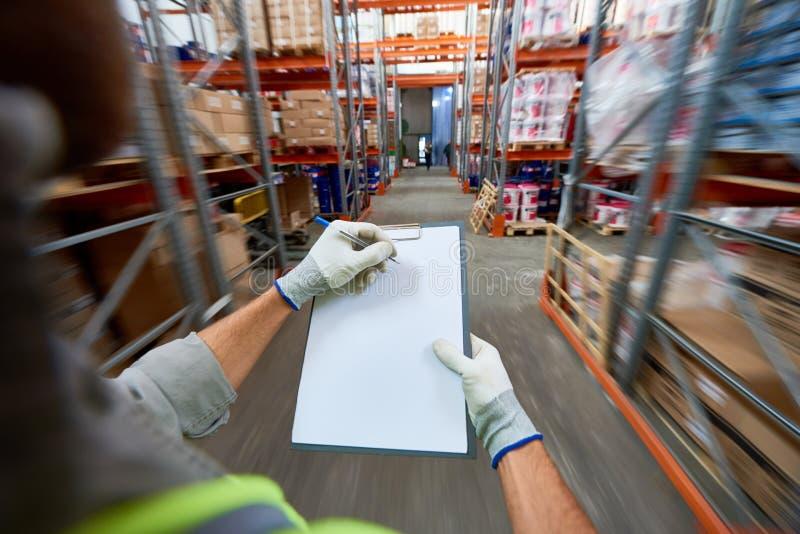 Documenti di riempimento del lavoratore in magazzino immagine stock