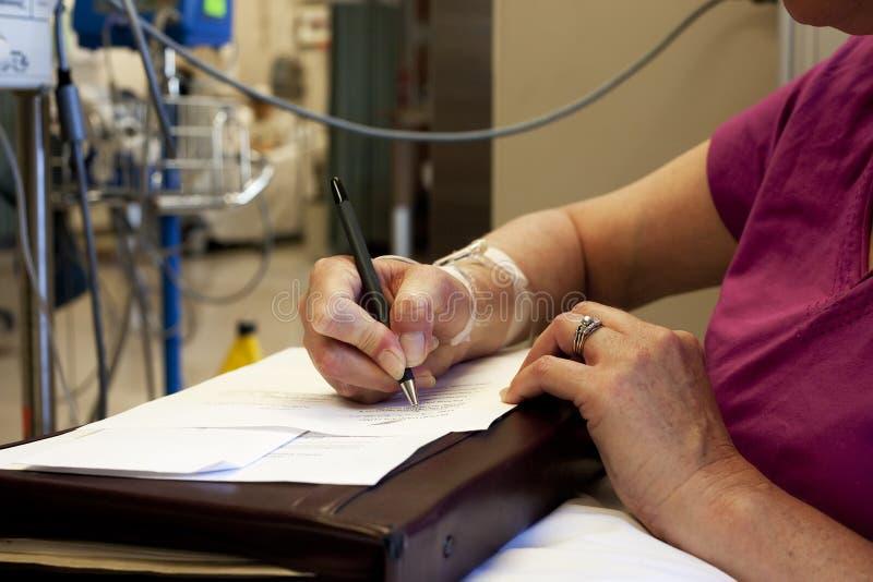 Documenti di sign del paziente durante il trattamento immagine stock libera da diritti