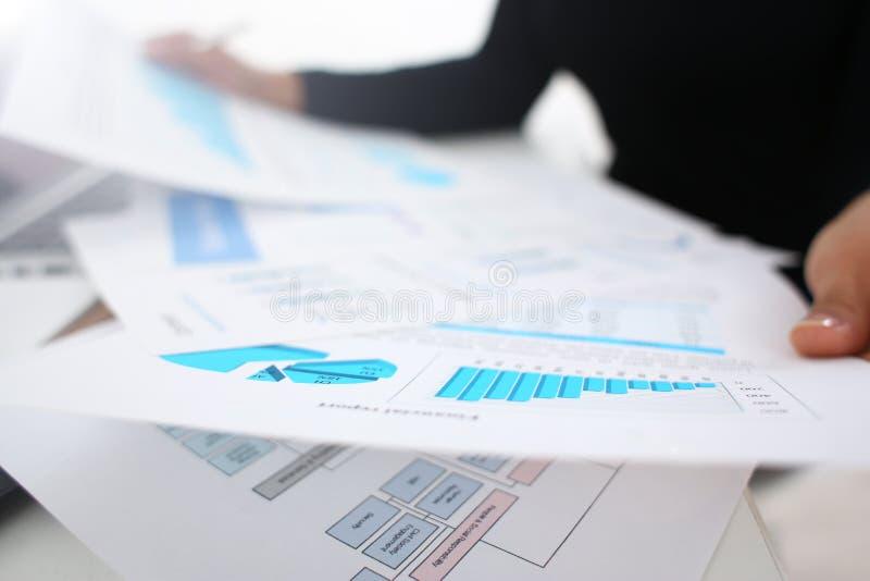 Documenti di studio della donna di affari in primo piano dell'ufficio immagine stock libera da diritti