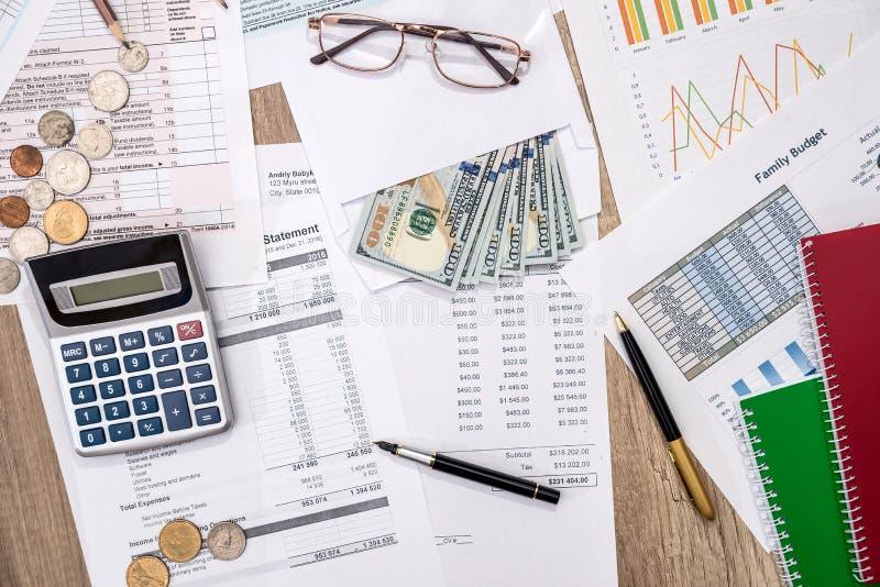 Documenti finanziari di statistiche - forma di imposta, bilancio personale con soldi fotografia stock