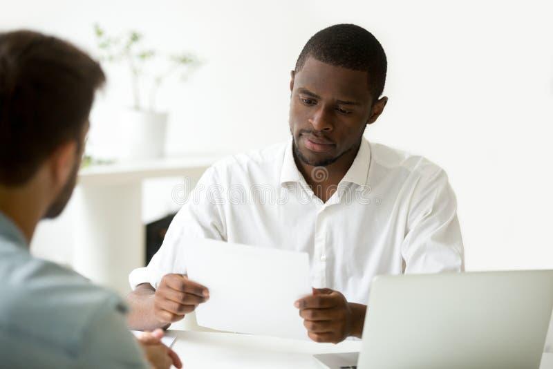 Documento africano serio de la lectura del hombre de negocios o en vista del cont imagen de archivo libre de regalías