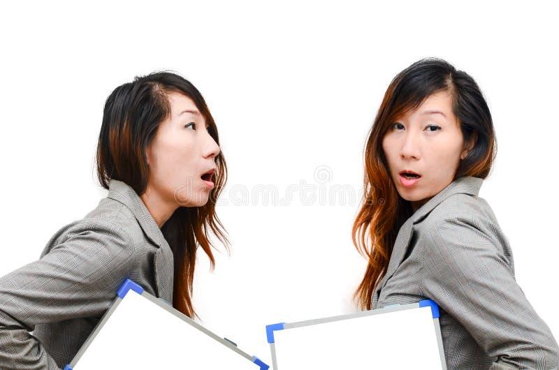 Documento in bianco bianco della tenuta della donna di affari immagini stock