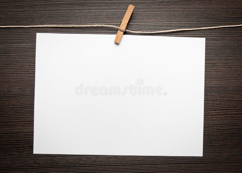 Documento in bianco su legno immagine stock