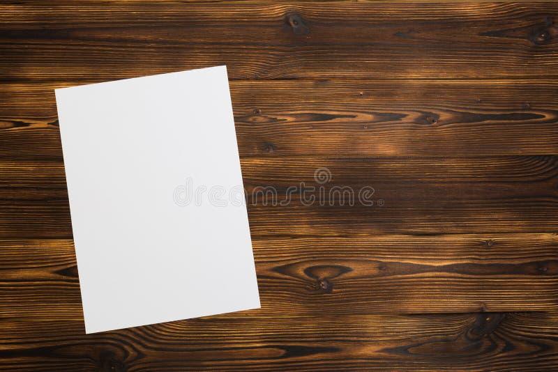 Documento in bianco su priorità bassa di legno fotografia stock libera da diritti