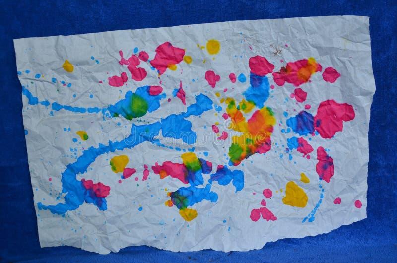 Documento coloreado sobre piso azul de la ropa foto de archivo libre de regalías