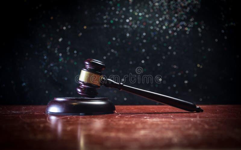 Documento com o juiz na tabela de madeira Tema da lei Foco seletivo foto de stock royalty free