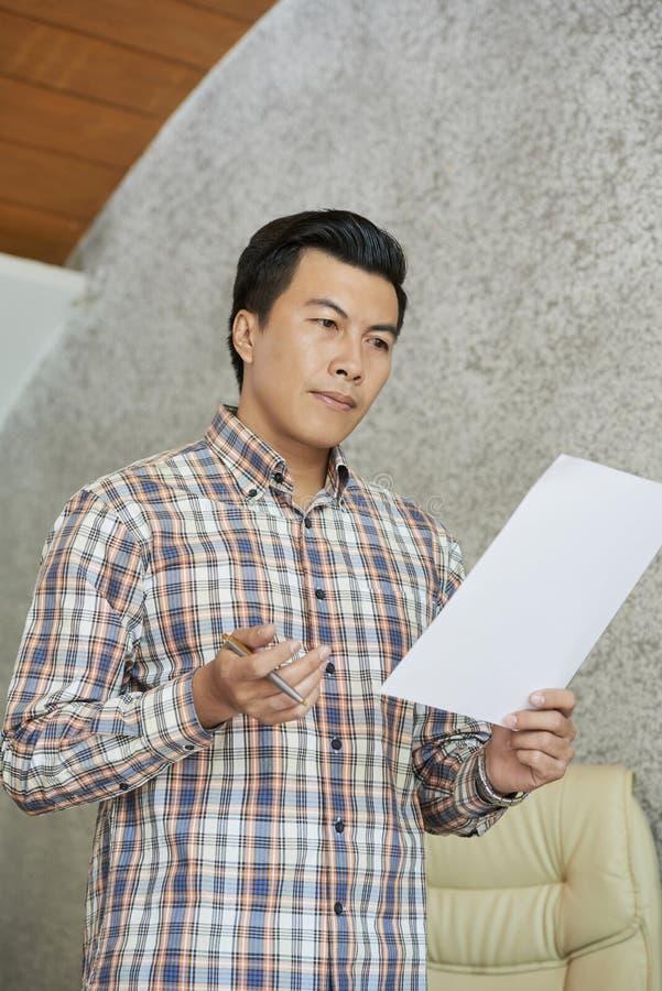 Documento da leitura do homem de negócios com discurso imagens de stock