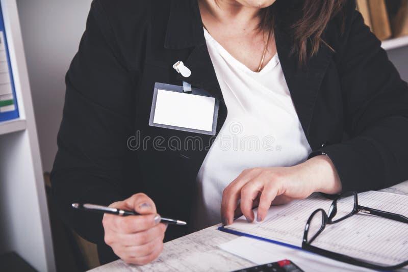 Documento da mão da mulher de negócio foto de stock royalty free