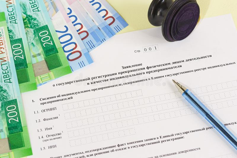 Documento de contabilidad en ruso: Uso para el registro del estado de la terminación de actividades por un individuo y un dinero fotos de archivo