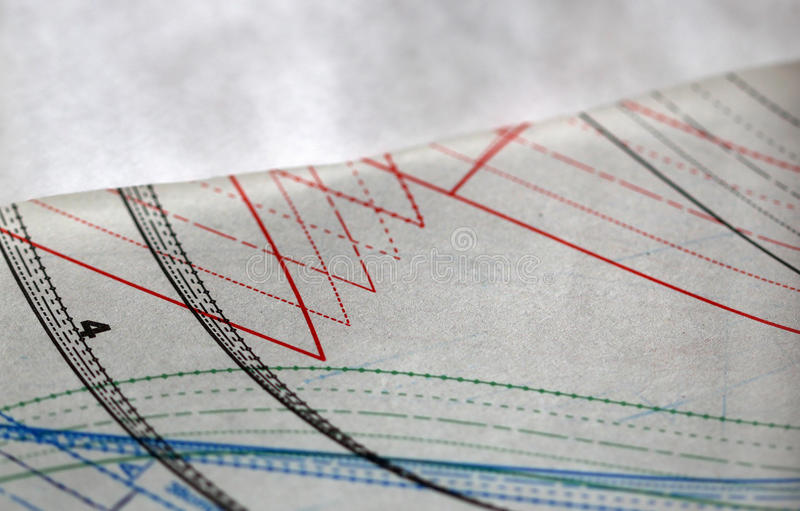 Documento de costura del dibujo y de trazo sobre la tabla foto de archivo libre de regalías