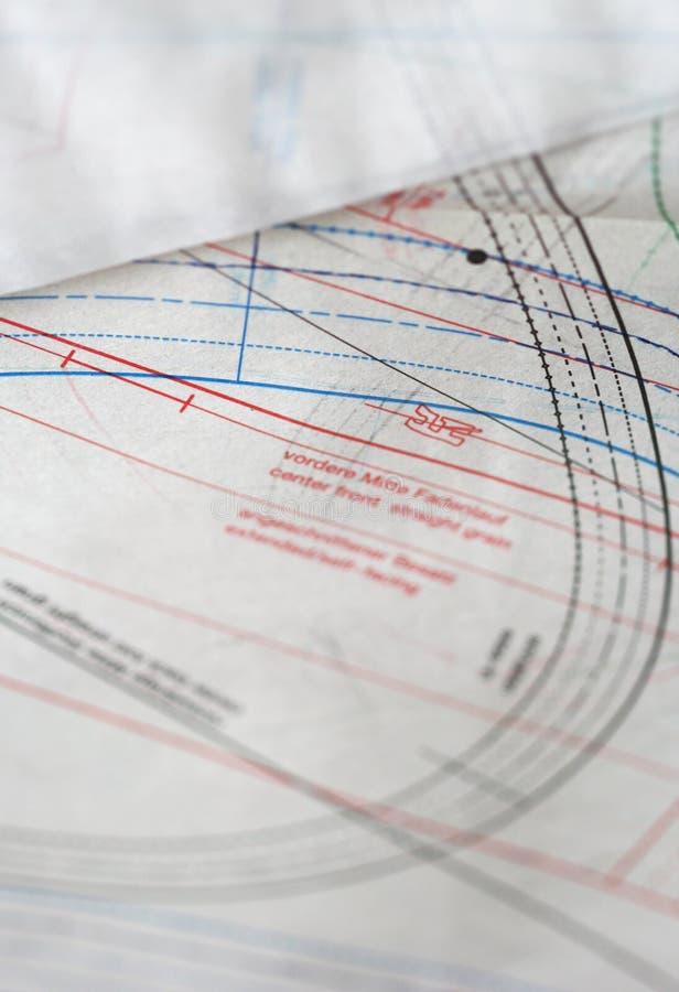 Documento de costura del dibujo y de trazo sobre la tabla imágenes de archivo libres de regalías