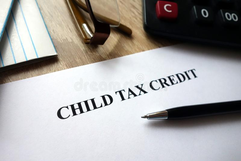 Documento de crédito fiscal da criança com pena, calculadora e vidros foto de stock