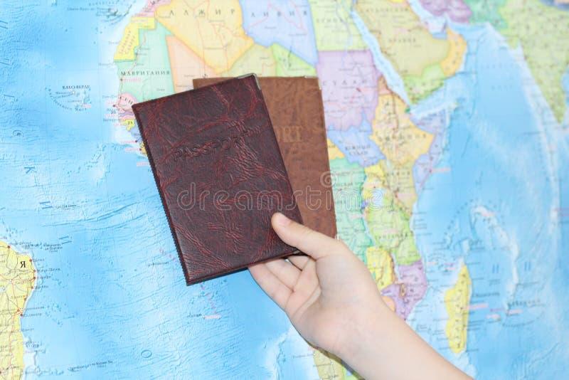 Documento de identidad en el fondo de un mapa geográfico foto de archivo
