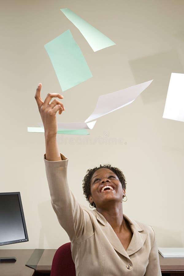 Documento de jogo da mulher de negócios no ar foto de stock royalty free