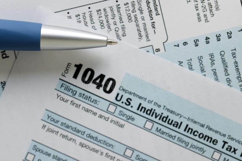 Documento de la declaración de impuesto federal sobre la renta de Estados Unidos IRS 1040 fotos de archivo libres de regalías