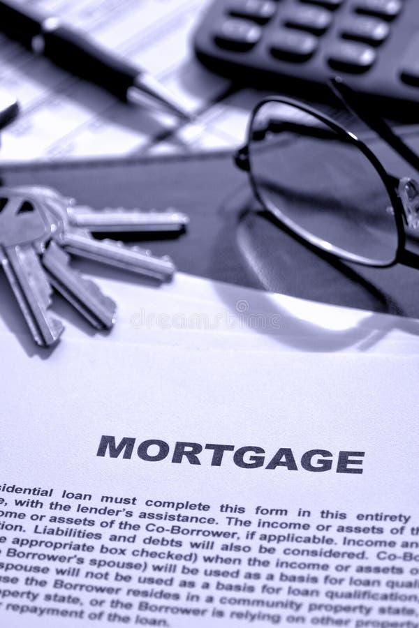 Documento de la hipoteca de propiedades inmobiliarias en el escritorio del agente inmobiliario imágenes de archivo libres de regalías