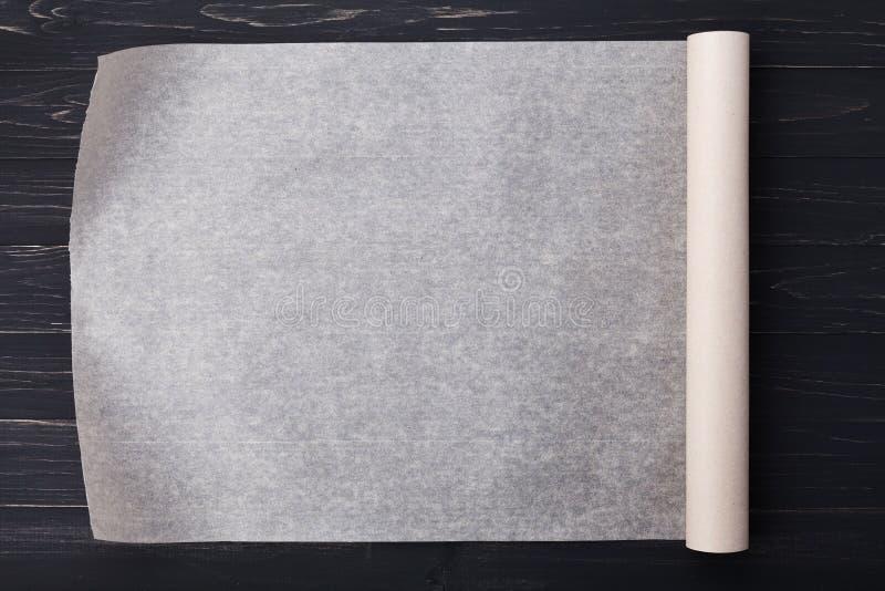 Documento de la hornada sobre la tabla de cocina de madera para el menú o las recetas imágenes de archivo libres de regalías
