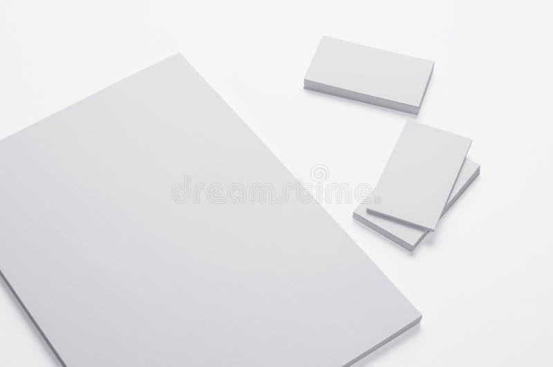 Documento de la impresión A4 y tarjetas de visita en blanco sobre blanco stock de ilustración
