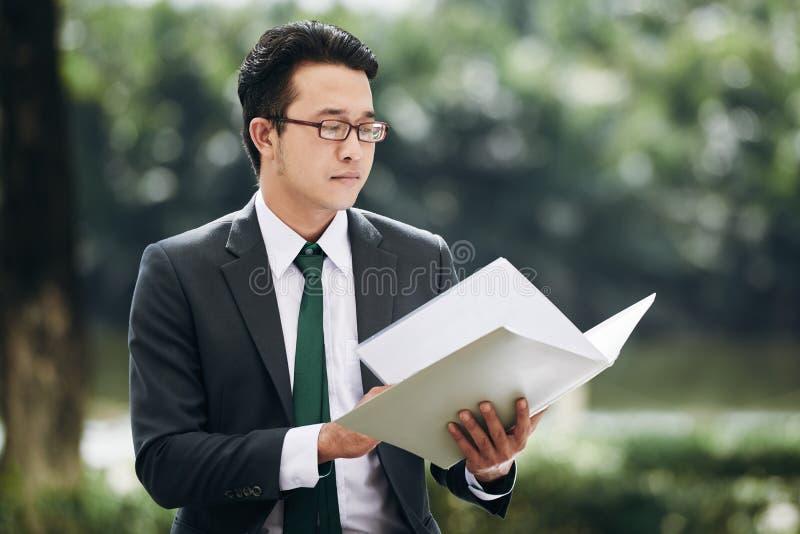 Documento de la lectura del hombre de negocios fotografía de archivo