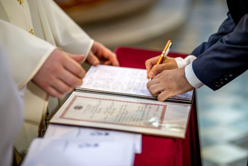 Documento de las muestras del novio en el registro del matrimonio imagen de archivo