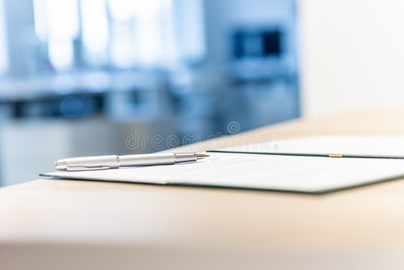 Documento de negocio en una carpeta abierta imagen de archivo libre de regalías