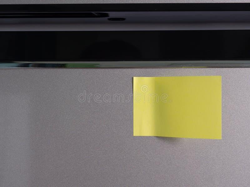Documento de nota sobre puerta del refrigerador imágenes de archivo libres de regalías