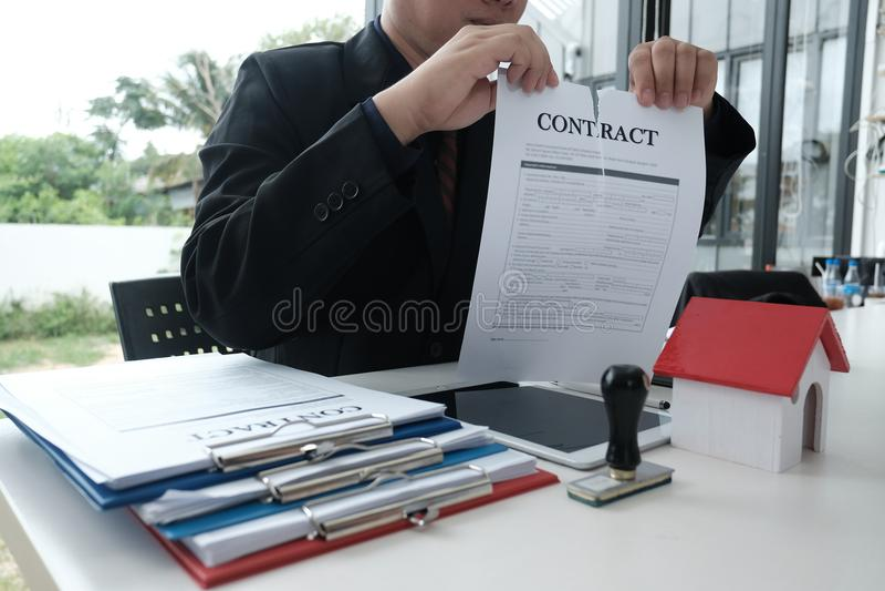 Documento de rasgado del acuerdo del hombre de negocios Fractura del contrato fotografía de archivo libre de regalías
