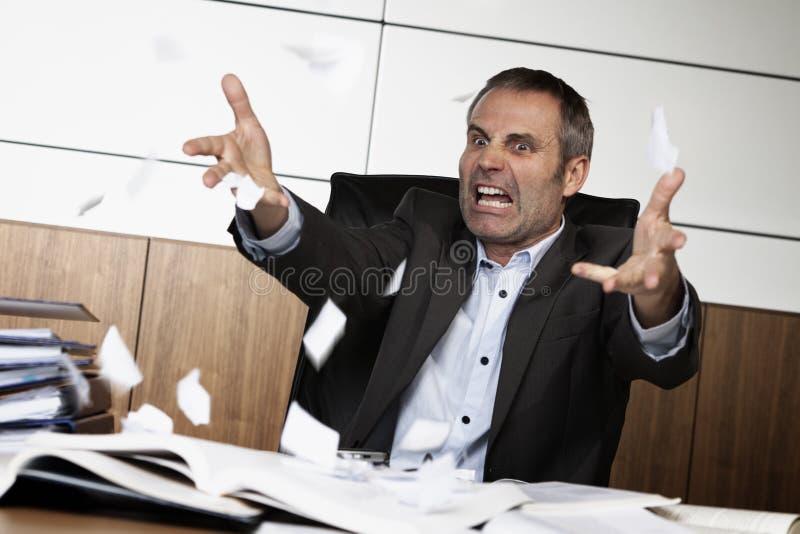 Documento de rasgado frustrado del administrador de oficinas. fotos de archivo libres de regalías