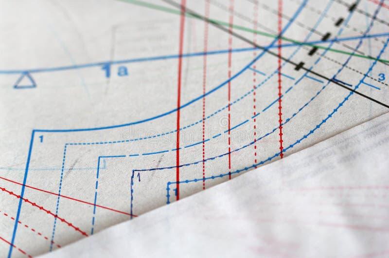 Documento de trazo de costura del drawingand sobre la tabla fotografía de archivo libre de regalías