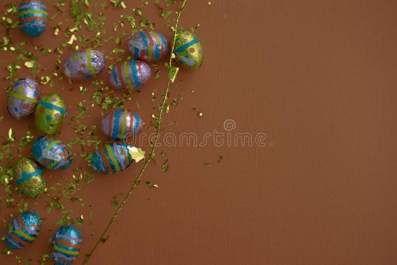 Documento decorativo dell'annata Priorit? bassa festiva Fiamme del partito sulla carta strutturata della tela Nastro & coriandoli immagini stock