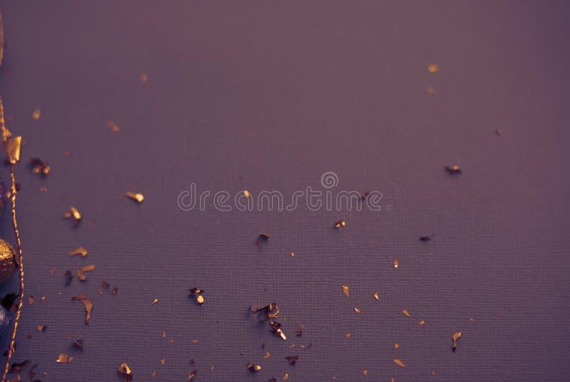 Documento decorativo dell'annata Priorit? bassa festiva Fiamme del partito sulla carta strutturata della tela Nastro & coriandoli immagini stock libere da diritti