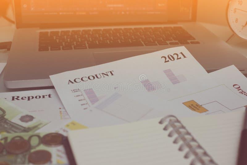 Documento del análisis financiero y parte de dinero y de monedas apilados foto de archivo libre de regalías