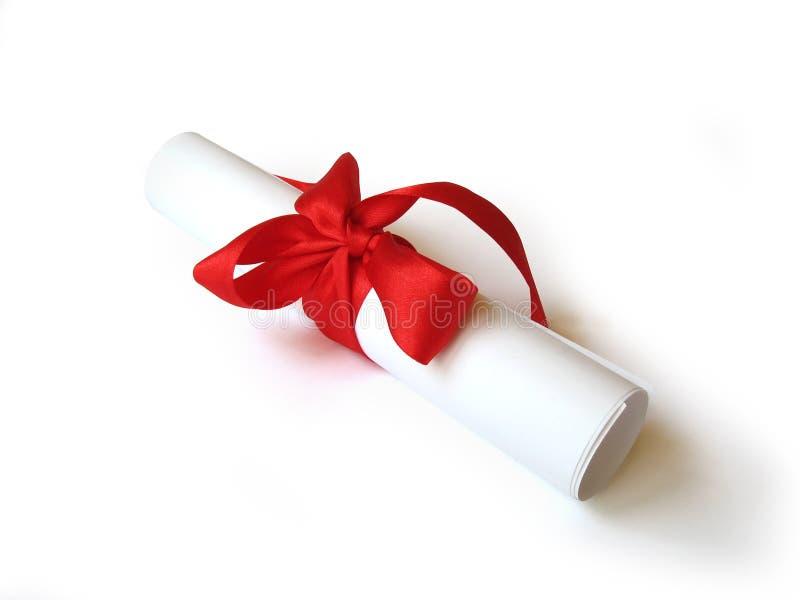 documento del diploma con la cinta roja aislada foto de archivo