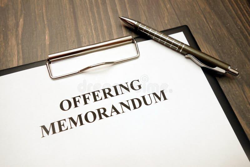 Documento del memorándum de ofrecimiento con la pluma en el escritorio foto de archivo