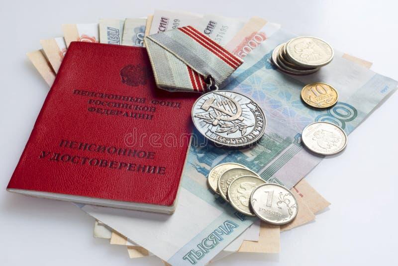 Documento del veterano de la identidad, dinero de la pensión y medalla del veterano imagenes de archivo