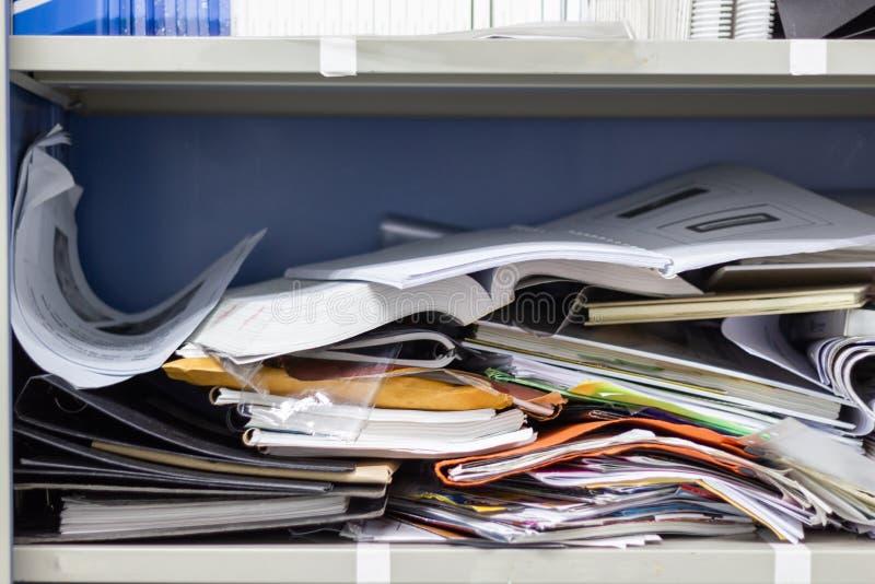 Documento desarrumado e materiais de escritório do arquivo em uns arquivos imagens de stock royalty free
