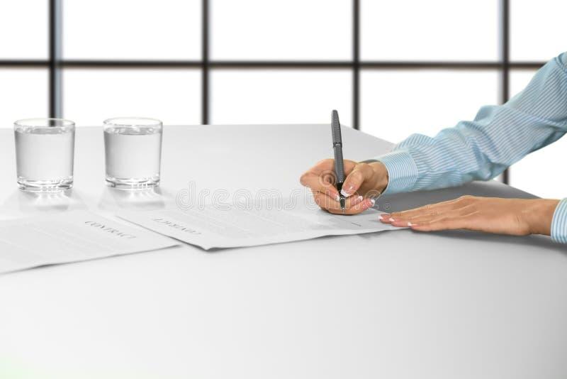 Documento di firma della mano della donna di affari fotografia stock libera da diritti