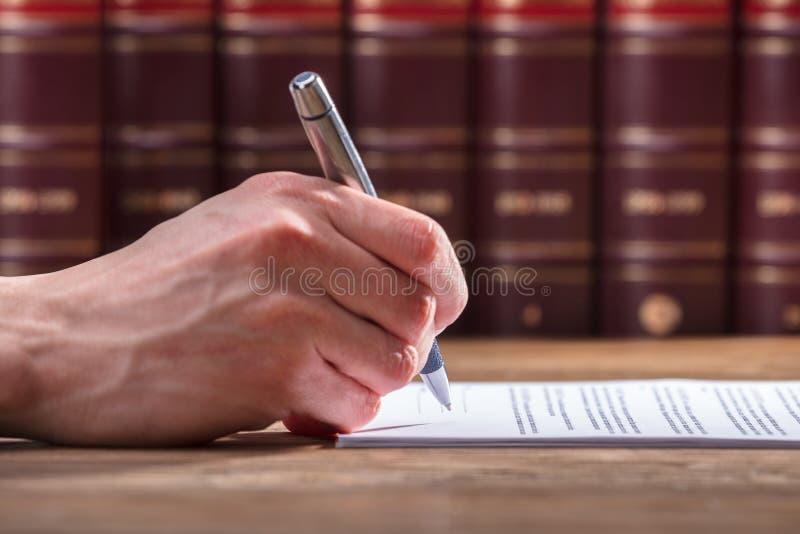 Documento di firma della mano umana immagine stock libera da diritti
