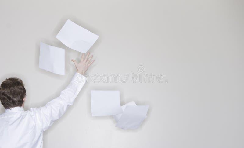 Documento di lancio dell'uomo d'affari immagini stock libere da diritti