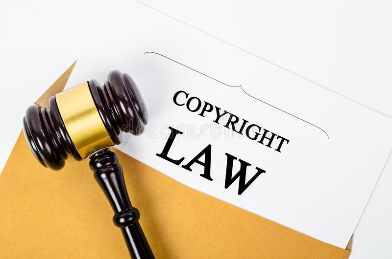 Documento di legge sui diritti di autore e un martelletto del giudice immagine stock