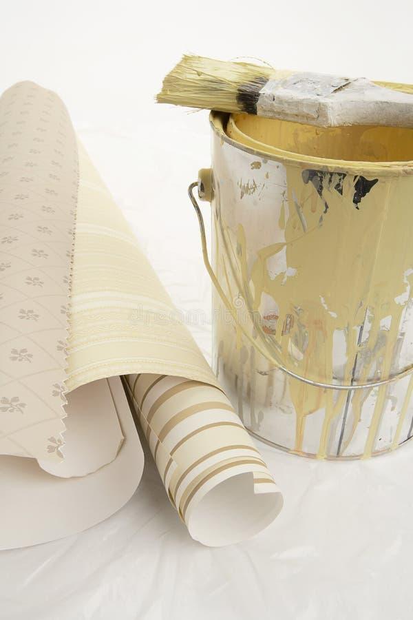 Documento di parete e latta della vernice immagini stock