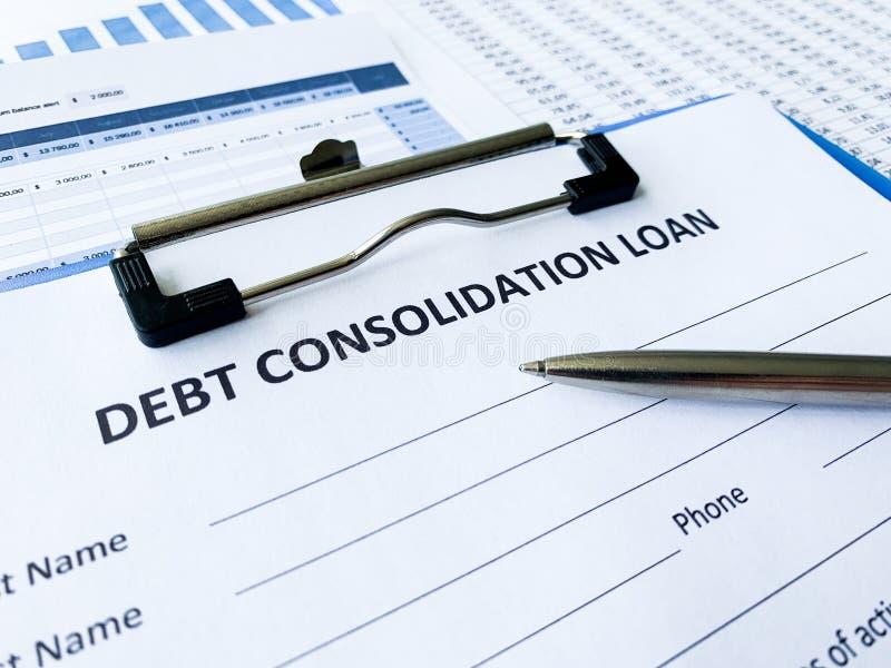 Documento do empréstimo de consolidação do débito com gráfico na tabela imagem de stock