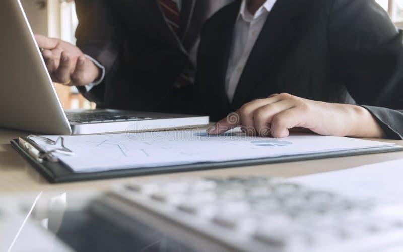 Documento dos dados da análise dos executivos empresariais com o contador no local de trabalho fotografia de stock