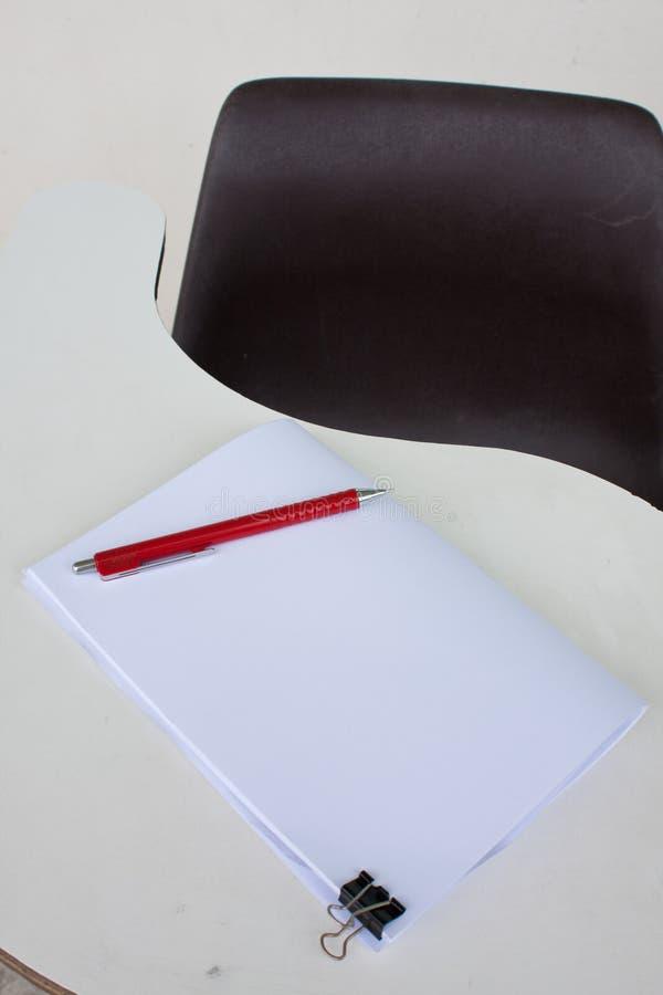 Documento e matita sullo scrittorio fotografia stock