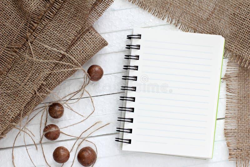 Documento en blanco sobre la arpillera imagenes de archivo